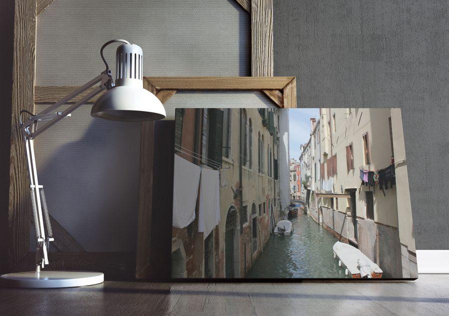Venetiaans kanaal met ophangende was en een gondel - Venetie Wanddecoratie