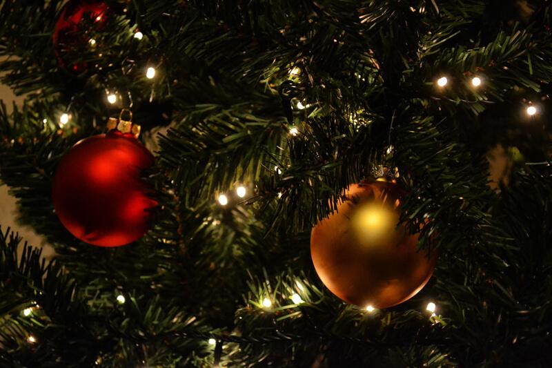 Rood en gouden kerstballen