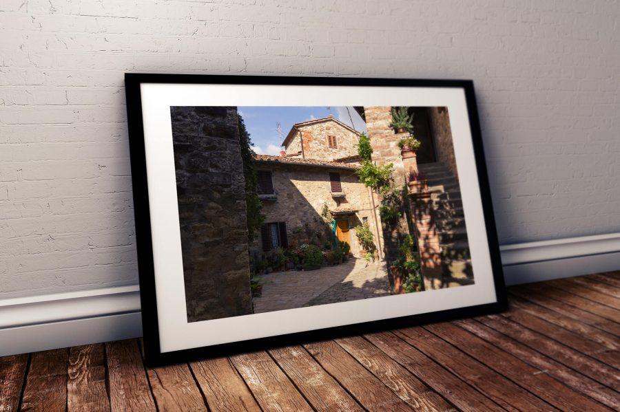 Straatje in Italiaans dorp Montefioralle Poster - Italie Wanddecoratie Kopen