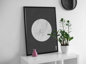 Lichte marmer cirkel op donkere achtergrond poster en print